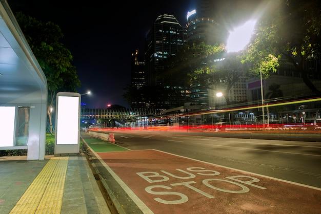 Verkeer in de stad 's nachts. jakarta, indonesië, 23 juni 2021.