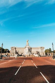 Verkeer in londen met buckingham palace op achtergrond