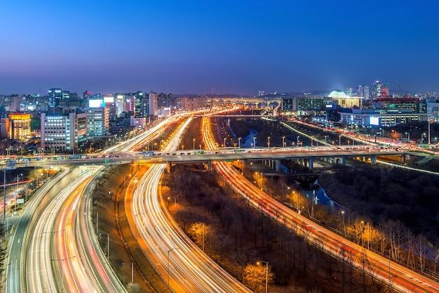 Verkeer in singil district, seoul korea skyline in de nacht.