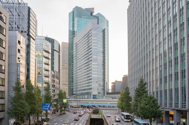Verkeer op de weg naar showa dori is de hoofdweg die midden in showa in tokio loopt