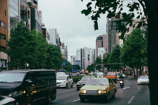 Verkeer op een sombere dag in de stad
