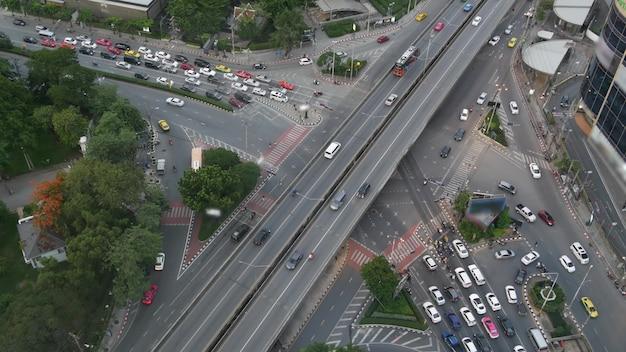 Verkeer op kruispunt. van bovenaf auto's en motorfietsen op kruispunt, straat van bangkok, thailand.