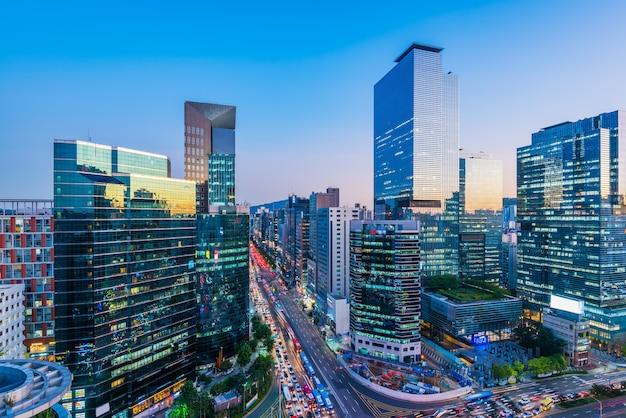 Verkeer 's nachts in gangnam city seoul