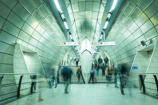 Verkeer van mensen op het ondergrondse treinstation