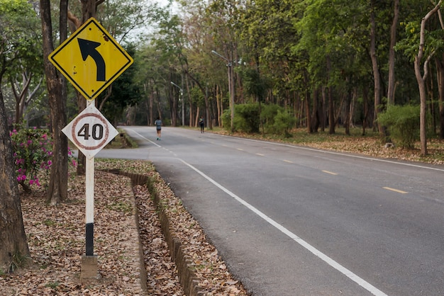 Verkeer verkeersbord waarschuwing van een linker curve vooruit