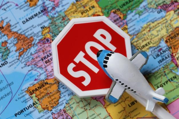 Verkeersbeperkingen voor vliegtuigen. het luchtverkeer stopte. verboden te vliegen. coronavirus epidemisch probleem.
