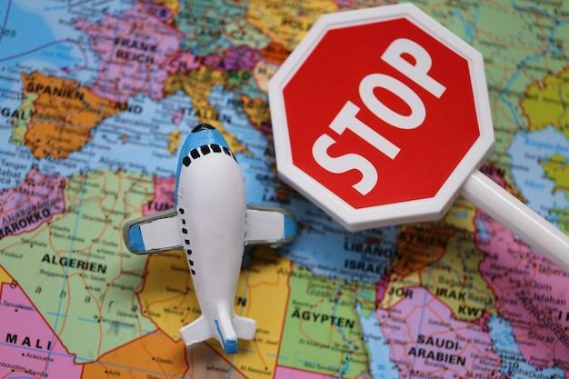 Verkeersbeperkingen voor vliegtuigen. het luchtverkeer stopte. vliegen verboden. coronavirus epidemisch probleem.