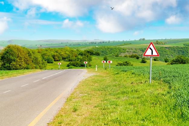 Verkeersbord draai op de snelweg