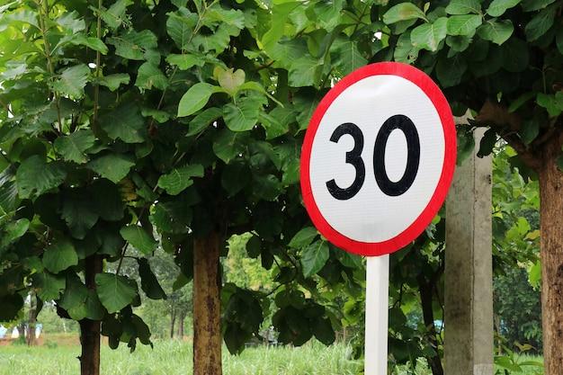 Verkeersbord maximumsnelheid mph op een weg transport en teken concept