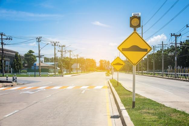 Verkeersbord op weg in het industrieterrein, over veilig reizen