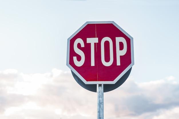 Verkeersbord stop en wolken