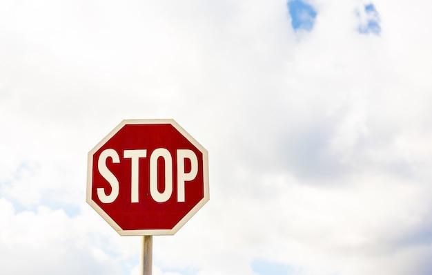 Verkeersbord stop op een bewolkte hemel