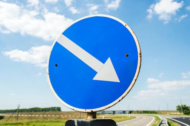 Verkeersbord tegen een blauwe hemel