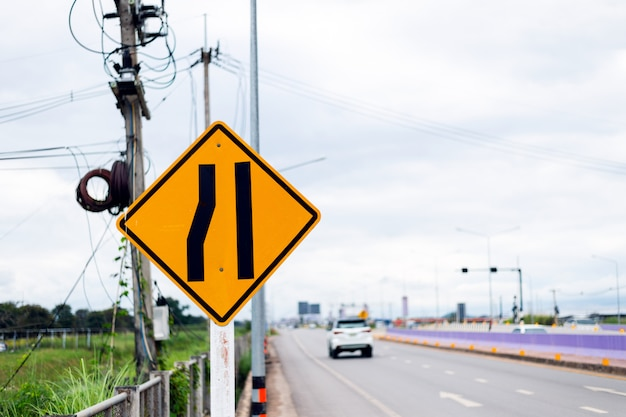 Verkeersbord, weg versmalt aan de linkerkant