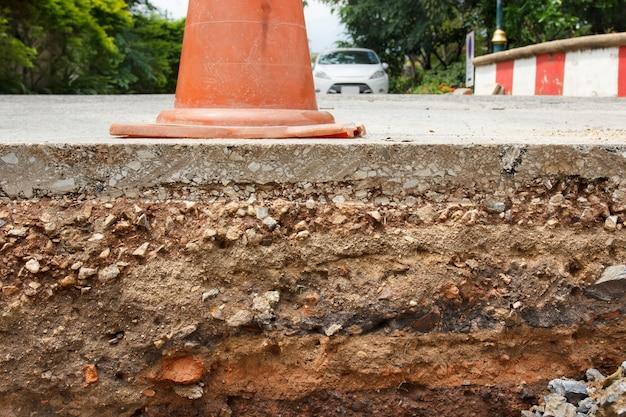Verkeerskegel op het gedeelte van de weg onder constructies.