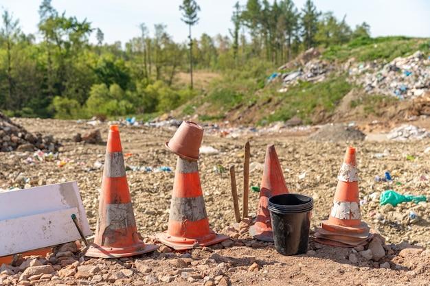 Verkeerskegels gegooid op de stortplaats