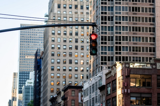 Verkeerslicht met rood licht boven manhatan-straat onder vele wolkenkrabbers