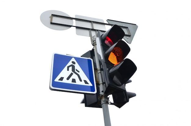 Verkeerslichten met het rode licht aangestoken geïsoleerd op wit