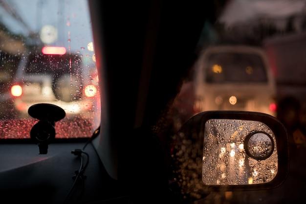 Verkeersopstopping in de auto op de weg, reizen op vakantie, spitsuur en veel auto's