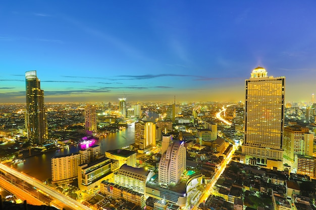 Verkeersopstopping in de hoofdstad van thailand in de schemering, genomen van hoog gebouw naar zakencentrum