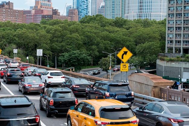Verkeersopstopping in de stad