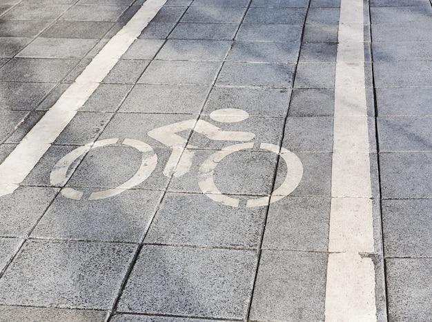 Verkeerstekenmarkeringen voor fiets op weg. fietsstrook met verkeersborden op het asfalt.