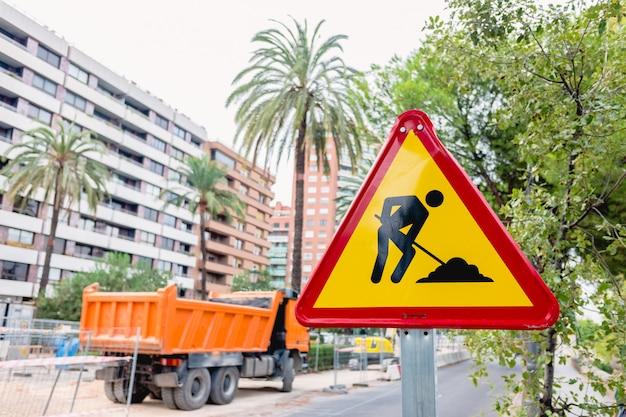 Verkeerstekenwaarschuwing van de werken in een stad.