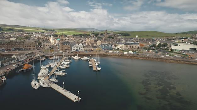 Verkeersweg op zee baai kust luchtpijler stad met oude gebouwen schepen en jachten bij werf marina