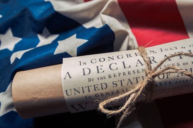 Verklaring van de onafhankelijkheid van de verenigde staten op een vlag van betsy ross