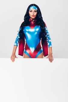 Verklaring van krachtige vrouw. mooie jonge vrouw in superheldenkostuum