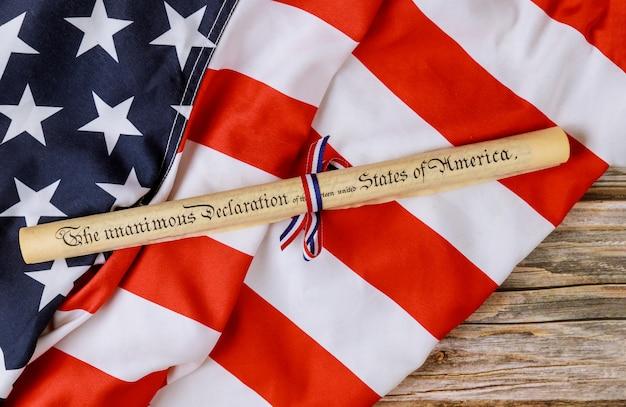 Verklaring van onafhankelijkheid perkamentrol document met amerikaanse vlag.