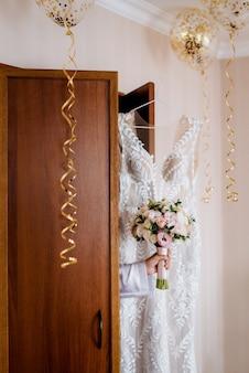 Verkleed de bruid in een trouwjurk met korset en vetersluiting