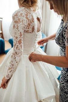 Verkleed de bruid in een trouwjurk met korset en vetersluiting Premium Foto
