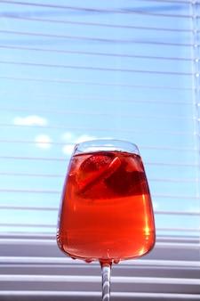 Verkoelende aardbei sangria met mousserende wijn, aardbei, ijsblokjes in champagneglas