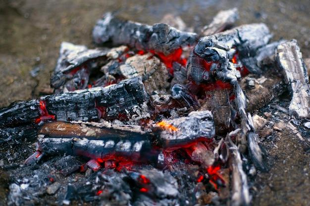 Verkoolde houtskool. stervend vuur in de as.