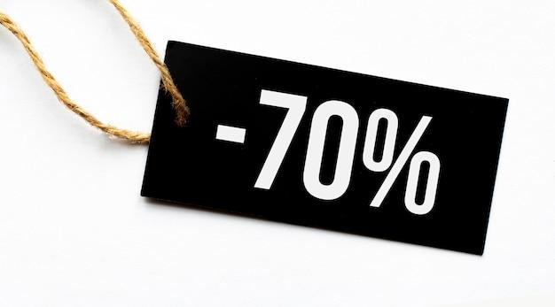 Verkoop 70 procent tekst op een zwarte tag op wit papier, bovenaanzicht