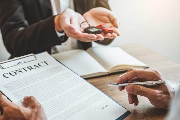 Verkoop agent deal tot overeenkomst succesvolle auto lening contract met klant en teken overeenkomst contract verzekering auto concept.
