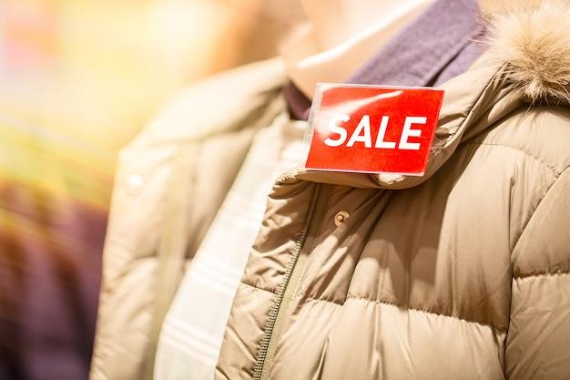 Verkoop inscriptie in winkel op de jas.