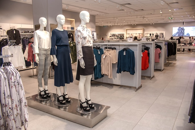 Verkoop kledingwinkel detailhandel mannequin toonbank