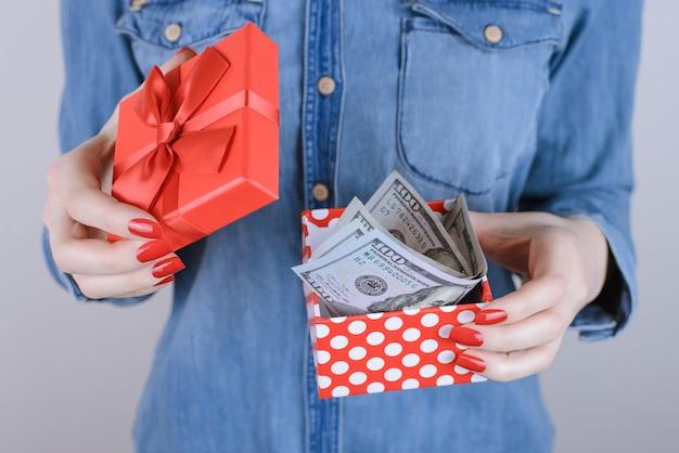 Verkoop mensen persoon liefdadigheid schenk inkomen voordelen voordeel geef korting verkoop extra baan werk zakelijke ondernemer kerstconcept. bijgesneden close-up foto van gelukkige dame met geldkist geïsoleerde achtergrond