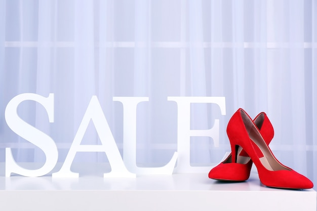Verkoop met schoenen op lichte achtergrond