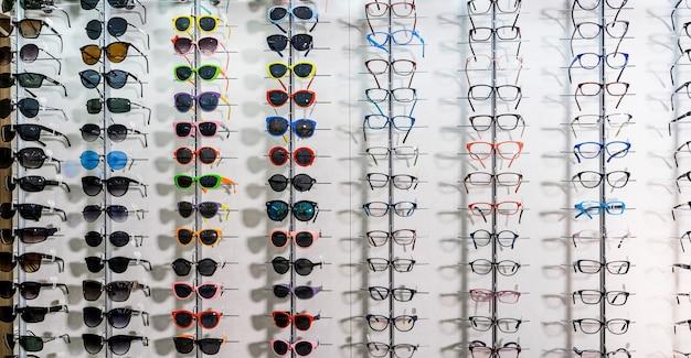 Verkoop rek van zonnebrillen. een kleurrijke display van zonnebrillen te koop. detailopname.