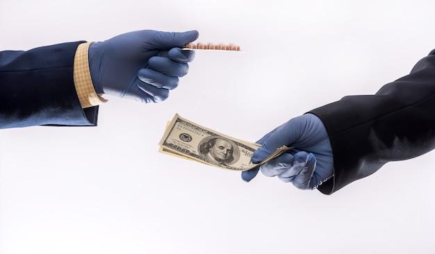 Verkoop van pillen voor dollars tijdens een virale infectie quarantaine coronavirus, de prijs is erg hoog, een wondermiddel vaccin pandemische medicijnen