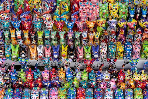 Verkoop van souvenirs - grappige handgemaakte houten dieren in straatmarkt. helder kleurrijk kinderspeelgoed en decoratie voor interieur. ubud, bali eiland, indonesië. detailopname