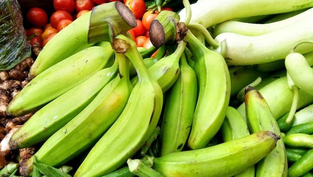 Verkoop van verse en groene groenten op de lokale markt in lucknow, india