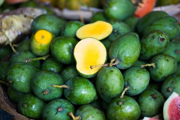 Verkoop van verse mango's op de indiase markt in mauritius