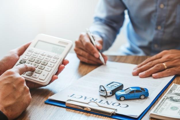 Verkoopagent deal tot overeenkomst succesvol autolening contract met klant en teken overeenkomst contract verzekering auto.