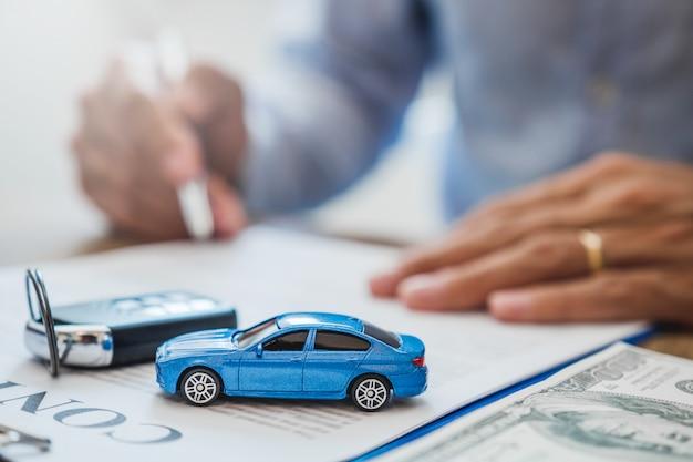 Verkoopagent deal tot overeenkomst succesvol autolening contract met klant en teken overeenkomst contract