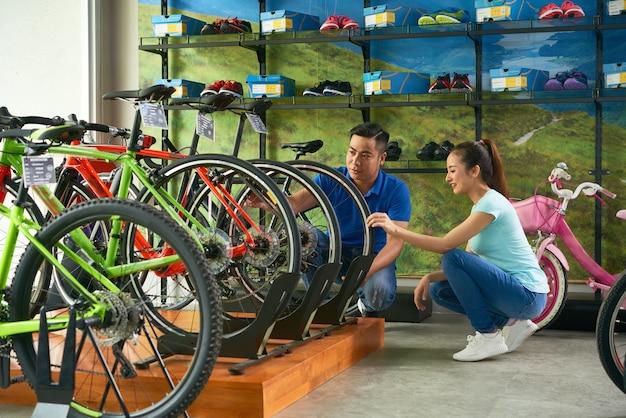 Verkoopassistent helpt met fietsen