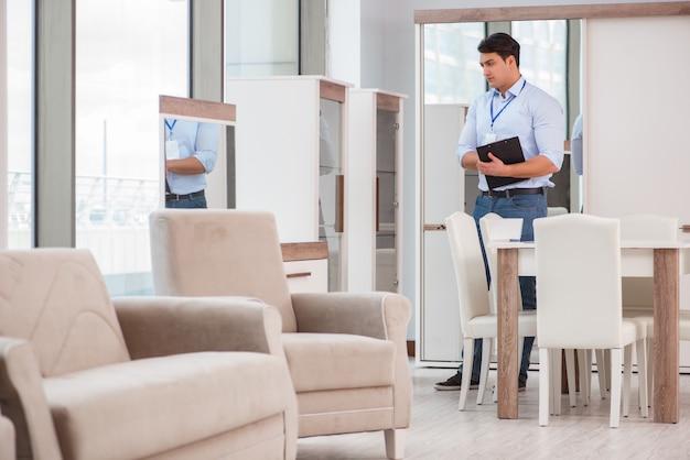 Verkoopassistent in meubelwinkel